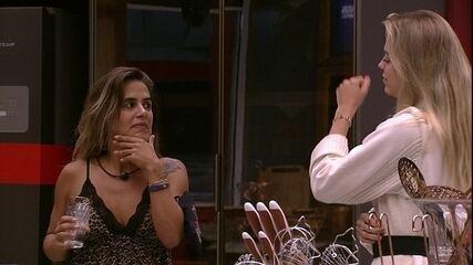 Isabella avisa para Carolina que a academia está lacrada