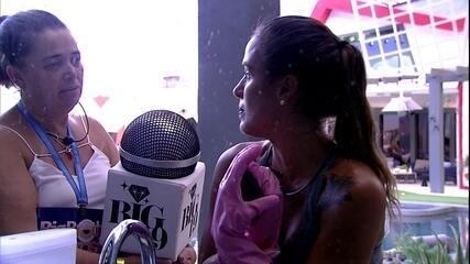 Carolina diz: 'A noite acabou porque um dos integrantes se jogou na piscina com microfone'