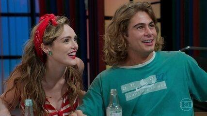O programa de João (Rafel Vitti) é aprovado na PopTV, em 'Verão 90'