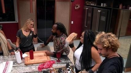 Rízia atira pão em Gabriela na cozinha