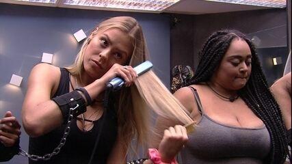 Isabella faz chapinha nos cabelos enquanto grupo espera