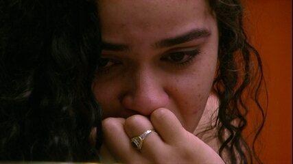 Elana chora ao olhar para retrato no Quarto do Líder
