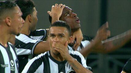 Gol do Botafogo! Marcelo Benevenuto cabeceia no canto após desvio de Maxi López aos 8 do 2º tempo