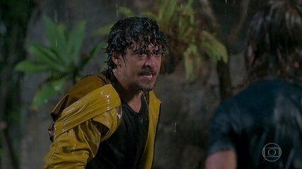 Jerônimo (Jesuíta Barbosa) briga com João (Rafael Vitti), que acaba caindo de um barranco