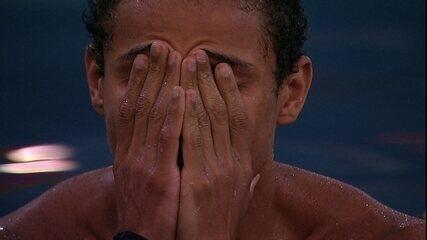 Danrley chora na piscina após eliminação da Prova do Líder