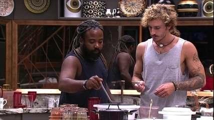 Rodrigo ensina Alan a fazer feijão