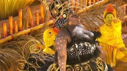 Jojo Toddynho desfila vestida de galinha d'angola: