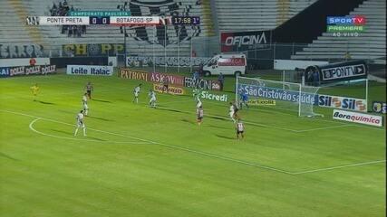 Pimentinha recebe de cara para o gol, mas fura o chute, aos 18 minutos do 1º tempo