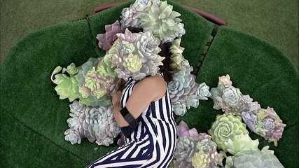 Tereza se isola no jardim para descansar