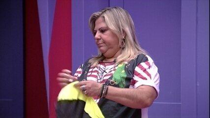 Família no BBB: mãe de Hariany arruma as malas da filha