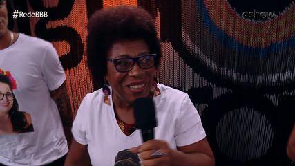 Mãe de Rodrigo canta 'Deixa o Menino Roncar' na Mesa-Redonda