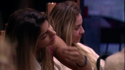Alan dá beijos em Hariany e Paula e celebra: 'Feliz Dia da Mulher'