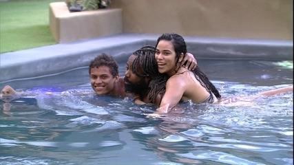 Danrley, Elana e Rodrigo brincam juntos na piscina