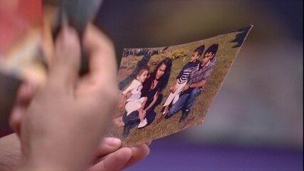 Elana olha fotos da família