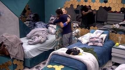 Antes de ir para a sala, Danrley abraça Tereza e diz: 'Força para nós'