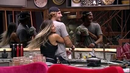 Carolina abraça Alan e pergunta: 'O que você está falando aí, Mozão?'