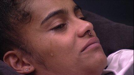 Gabriela chora com bonecas do Quarto do Líder