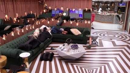 Rízia e Danrley descansam na sala