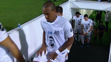 Jogadores do Santos entram em campo com o rosto de Coutinho estampado no uniforme