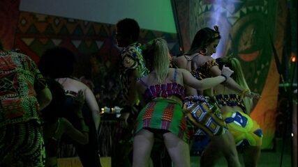 Alberto e outros brothers fazem coreografia na pista da festa