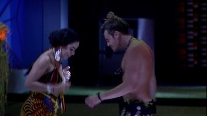 Elana ensina coreografia de axé para Alberto