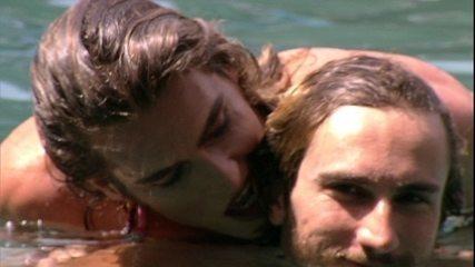 Alan e Alberto Mezzetti brincam na piscina de casal
