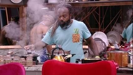 Rodrigo vibra ao preparar abóbora no vapor e pede para Danrley: 'Fica de olho'
