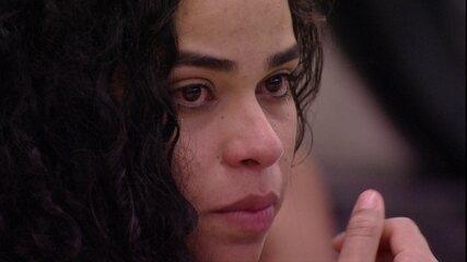 Elana chora mais uma vez na varanda da casa