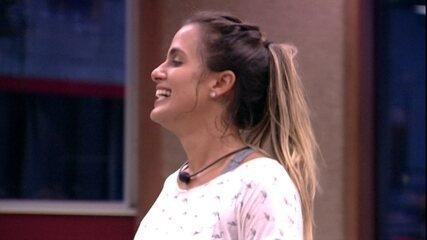 Enquanto Rodrigo faz a comida, Carolina brinca: 'O que vamos almoçar hoje: Alho?'
