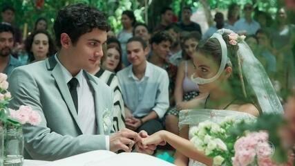 Amanda (Pally Siqueira) e Kavaco (Gabriel Contente) se casam em 'Malhação: Vidas Brasileiras'