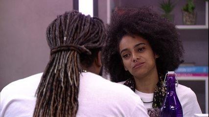 Gabriela se alegra ao lembrar ex-namorada na Mensagem do Anjo: 'A Cheiro mostrou a cara!'