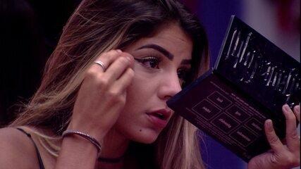 Hariany se emociona e é consolada por Paula