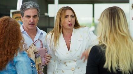 Ao ver Solange no aeroporto, Neusa desiste de ir para Nova York com Michele