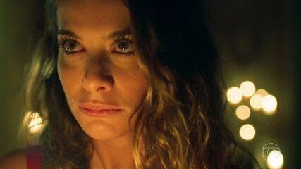 Cheia de ódio, Isabel queima o quadro de Julia Castelo