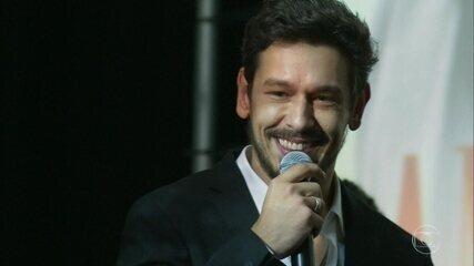Alain (João Vicente de Castro) lança Amor Infinito