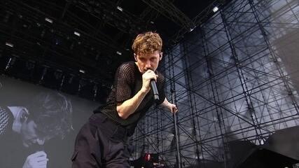 Troye Sivan canta Bloom no Lollapalooza