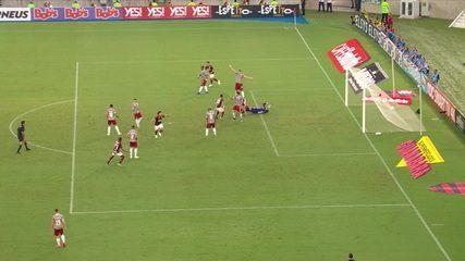 Com uso do VAR, juiz anula gol do Flamengo, aos 07' do 1ºT