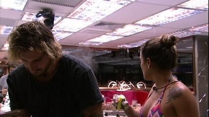 Carolina reclama com Rízia: 'Tiraram a coxinha e não tiraram o peixe'