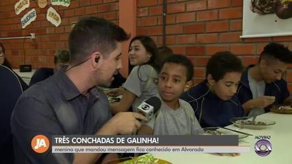 """Menino de Alvorada viraliza com áudio no WhatsApp: """"Três conchadas de frango"""""""