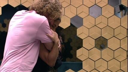 Emparedada, Carolina diz para Alan: 'Não quero me despedir hoje de você'
