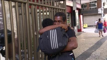 Morador de rua que ajudou senhora no temporal do Rio ganhou vaquinha para comprar casa