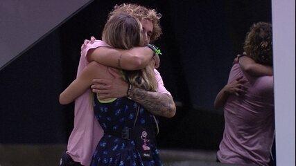 Após a Eliminação de Carolina, Alan abraça Paula e dá parabéns