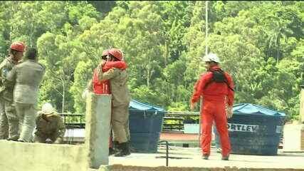 Bombeiros comemoram resgate de mais um ferido em desabamento na Muzema
