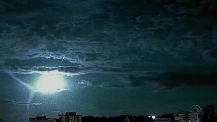Câmeras registram queda de meteoro sobre a costa do mar do RS