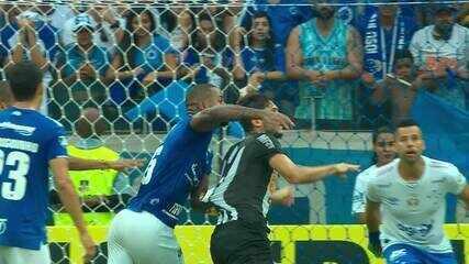 Dedé comete pênalti em Igor Rabello no último lance do jogo, mas o juiz não marca