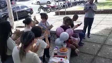 Morador de rua é surpreendido com festa de aniversário surpresa em Roraima