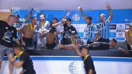 Jogadores do Grêmio invadem coletiva, dão banho em técnico Renato e provocam Inter