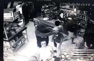 Vídeo mostra ação de assaltantes dentro de padaria na Zona Leste de SP