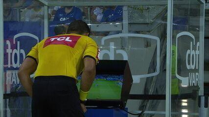 Árbitro consultou o VAR, deu cartão para Lucas Romero e deu pênalti para o Ceará, aos 17' do 1ºT