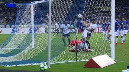 Fábio! Goleiro do Cruzeiro fez defesa difícil no chute de Bergson, aos 43' do 2ºT